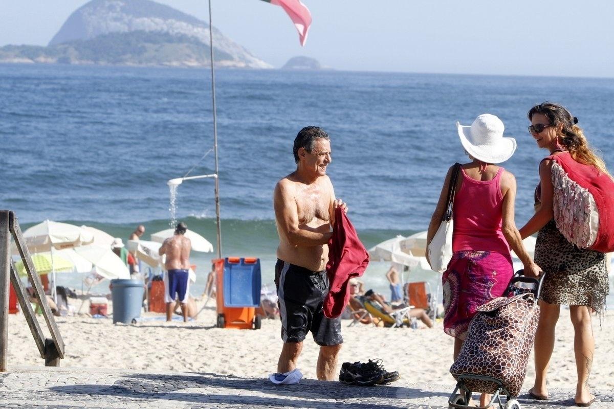 4.fev.2014 - Chico Buarque curtiu praia no Leblon, zona sul do Rio
