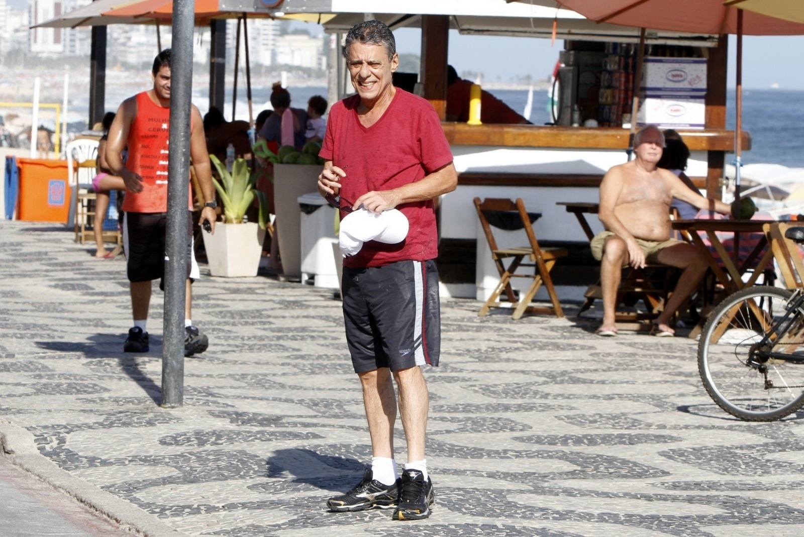 4.fev.2014 - Chico Buarque curtiu praia no Leblon, zona sul do Rio. O cantor foi tietado por algumas fãs