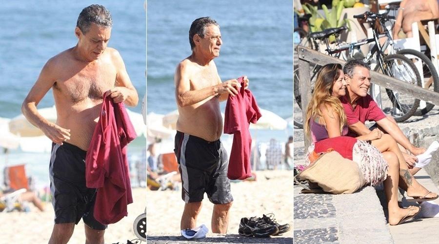 4.fev.2014 - Chico Buarque foi tietado na praia do Leblon, zona sul do Rio