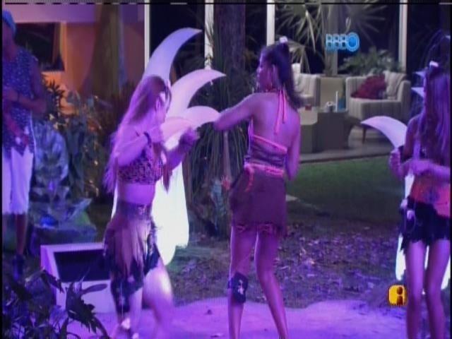 5.fev.2014 - Aline e Franciele dançam na festa Idade da Pedra