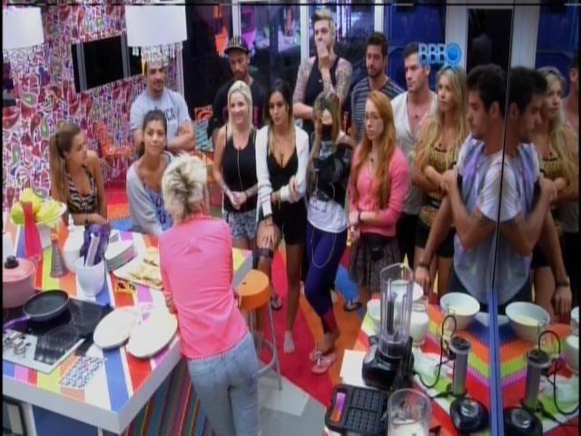 5.fev.2014 - Ana se reúne com os moradores na cozinha