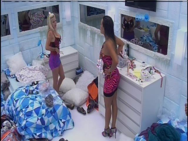 5.fev.2014 - Clara e Letícia trocam de roupa