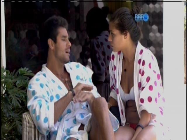 5.fev.2014 - Diego e Franciele tentam se entender após discussão