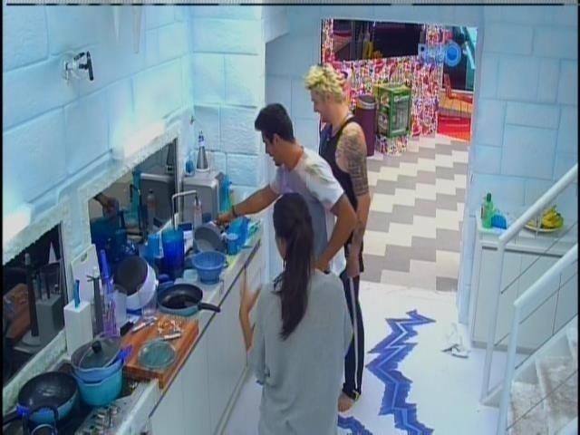 5.fev.2014 - Diego, Franciele e Cássio mostraram a cozinha da Sibéria