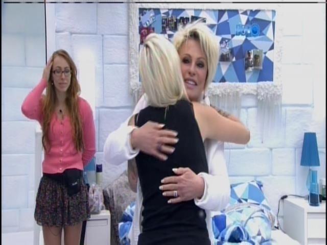 5.fev.2014 - Encontro de loiras: Ana Maria abraça Clara
