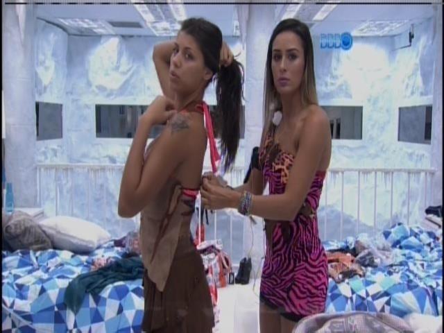 5.fev.2014 - Letícia ajuda Franciele a se vestir