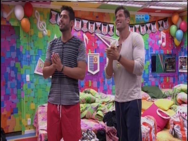 5.fev.2014 - Roni e Marcelo mostram o quarto festa para a apresentadora