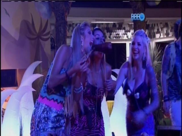 5.fev.2014 - Tatiele, Letícia e Clara brincam com a comida da festa
