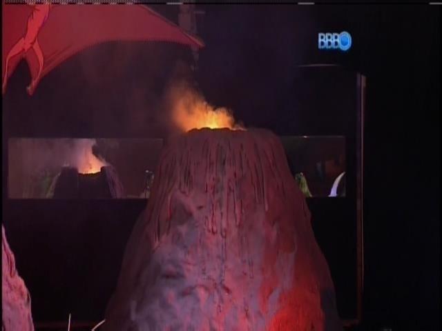 5.fev.2014 - Vulcão faz parte do cenário da festa Idade da Pedra