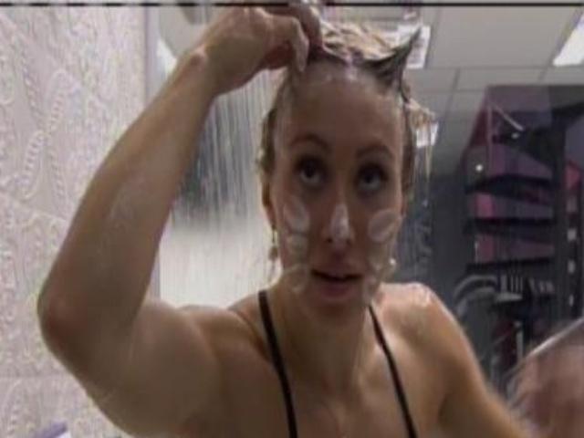 5.fev.2014 - Aline brinca com espuma durante o banho e posa de