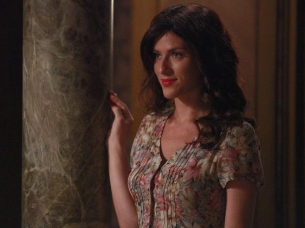 """Em """"Joia Rara"""", para seduzir Manfred, Cristina se veste como Amélia"""