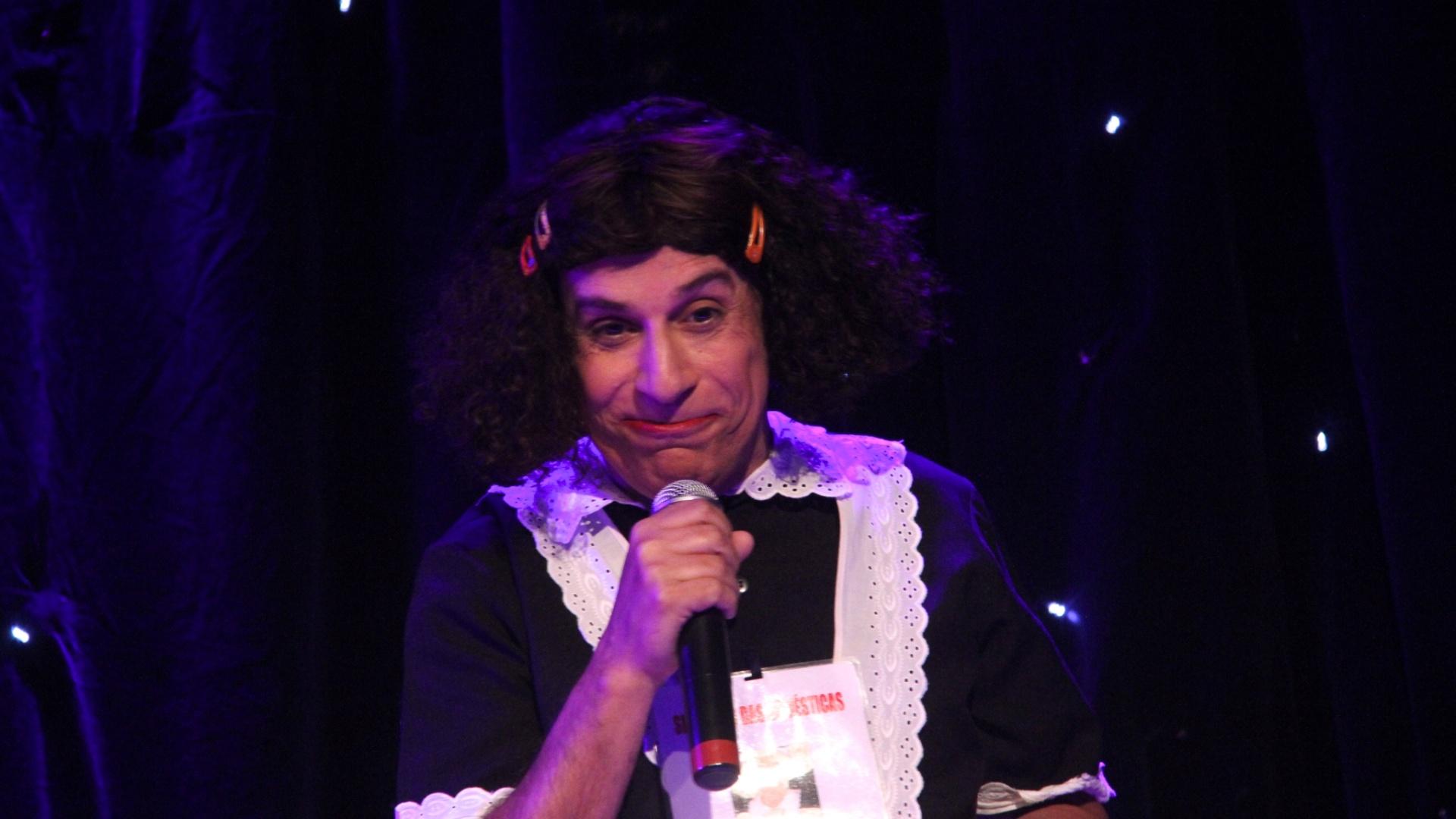 Tom Cavalcante encarna a personagem Jarilene no palco.