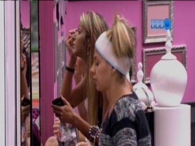 5.fev.2014 - Vanessa, Tatiele e Aline se maqueiam pra festa