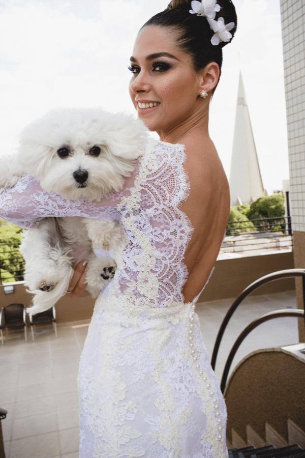 Vestida de noiva, Fernanda posa com sua cadelinha Cali