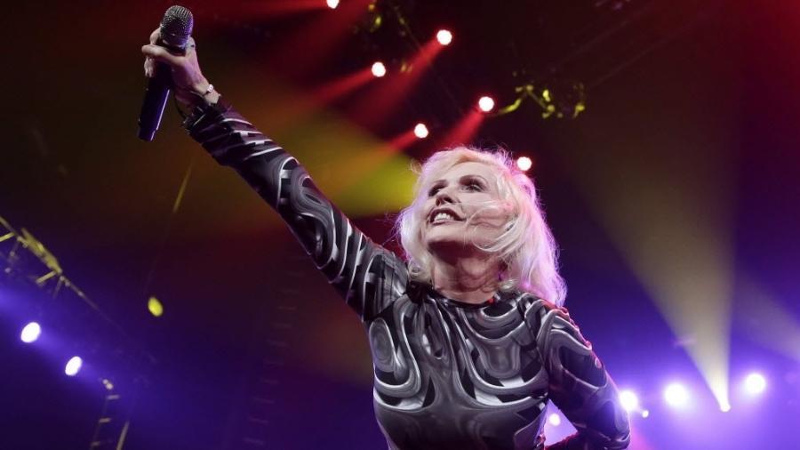 05.fev.2014 - A cantora Debbie Harry, da banda Blondie, durante show da Anistia Internacional em Nova York - EFE