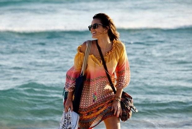 06.fev.2014 - Bruna Marquezine também gravou cenas no final da tarde na praia da Bara da Tijuca. A atriz gravou solitária e chamou a atenção de quem passou pelo local