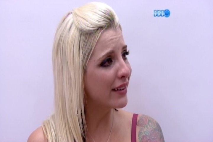06.fev.2014 - Clara chora ao falar com Letícia por se sentir ignorada por Vanessa