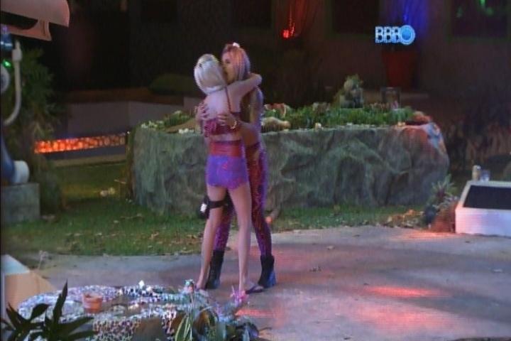 06.fev.2014 - Clara e Vanessa fazem as pazes após a stripper dizer que estava se sentindo usada pela modelo