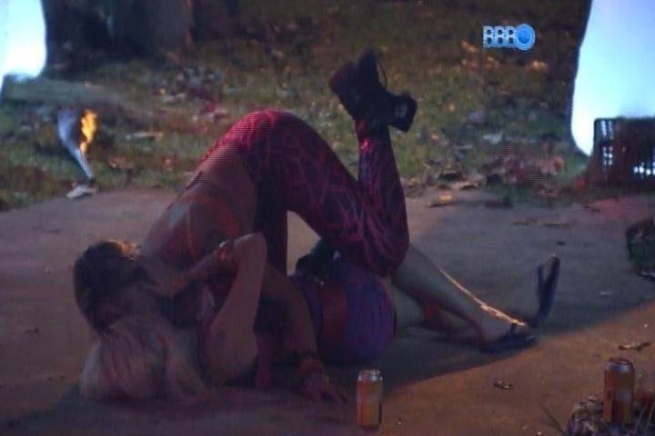 06.fev.2014 - Clara e Vanessa se divertem após desentendimento na festa