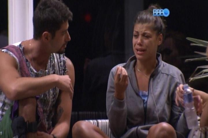 06.fev.2014 - Diego expulsa Franciele da cama e sister cai em prantos