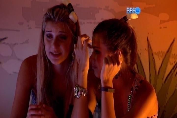 06.fev.2014 - Tatiele desabafa com Angela e diz que está arrependida de ter ficado com Roni