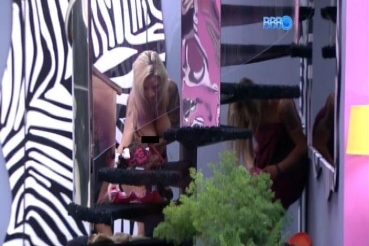 06.fev.2015 - Clara deixa seio à mostra enquanto tenta trocar de sutiã e ajudar Vanessa, que está bêbada