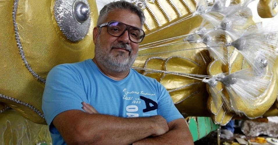 30.jan.2014 - O carnavalesco Mauro Quintaes durante preparativos da escola Tom Maior para o Carnaval 2014 no barracão da escola, em São Paulo