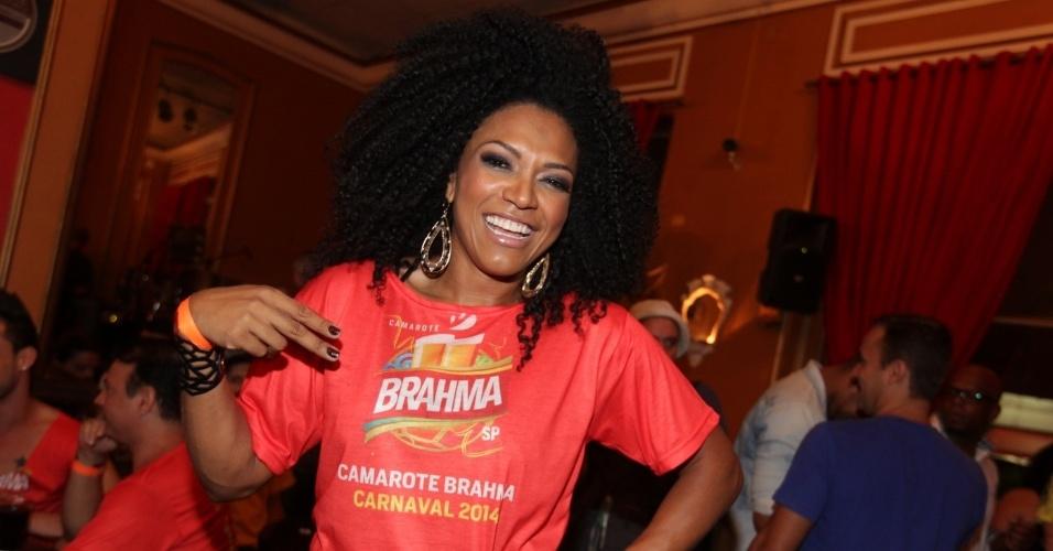 5.fev.2014 - Rainha de bateria da Dragões da Real, Simone Sampaio marca presença em evento de pré-Carnaval no Bar Brahma, em São Paulo