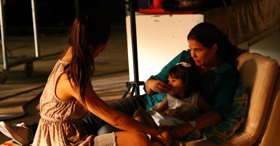 """6.fev.2014 - A atriz Jéssika Alves, a preparadora de elenco Rosana Garcia e a atriz mirim Bruna Faria conversam nos bastidores de gravação de """"Em Família"""""""