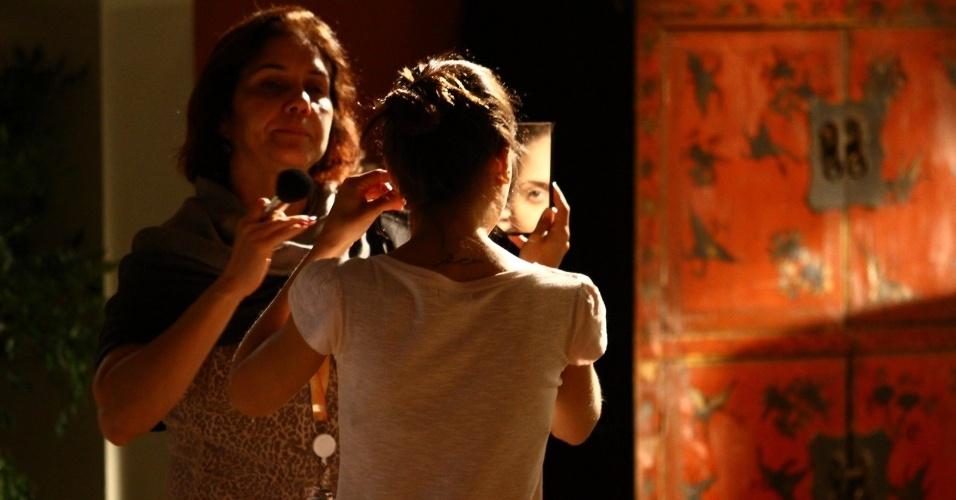 """6.fev.2014 - A atriz Jéssika Alves, que interpreta a personagem Guiomar, retoca a maquiagem nos bastidores de gravação de """"Em Família"""""""