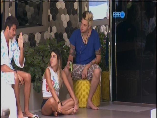 6.fev.2014 - Após saída de Bruno de Luca, brothers conversam na varanda