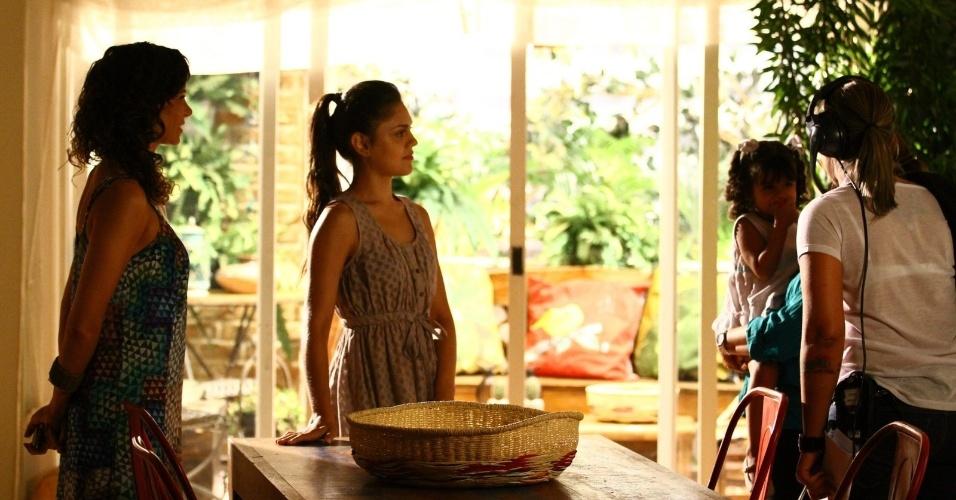 """6.fev.2014 - As atrizes Vanessa Gerbelli, Jéssika Alves e Bruna Faria gravam cena de """"Em Família"""""""