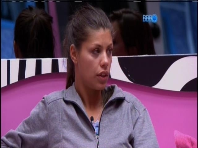 6.fev.2014 - Franciele conversa com Angela sobre briga com Diego
