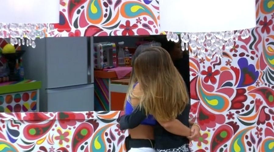 6.fev.2014 - Letícia abraça Angela e diz: