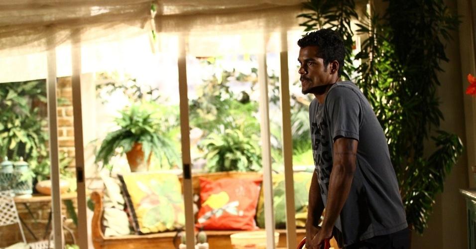 """6.fev.2014 - Marcello Melo Jr. grava cena de """"Em Família"""". Na trama, ele interpretam o personagem Jairo"""