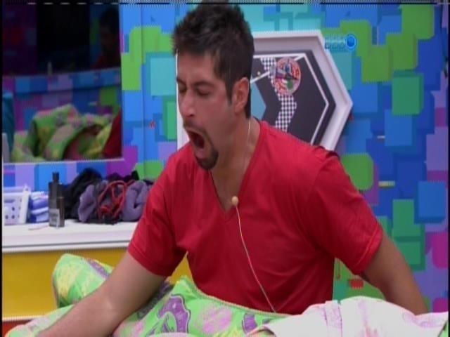 6.fev.2014 - Marcelo desiste de dormir e resolve levantar
