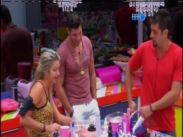 6.fev.2014 - Tatiele, Roni e Marcelo batem papo na cozinha