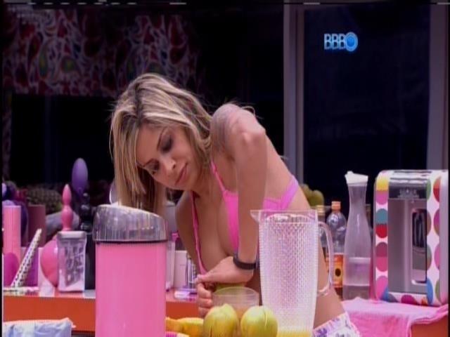 6.fev.2014 - Vanessa espreme laranja na casa grande