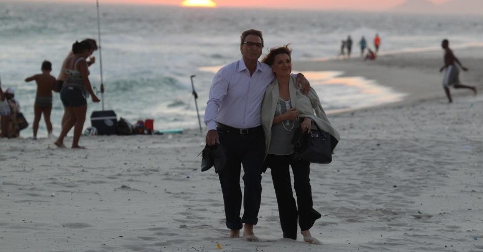 """6.fev.2014- Natália do Vale e Herson Capri gravam na praia da Barra da Tijuca cenas de Chica e Ricardo para """"Em Família"""""""