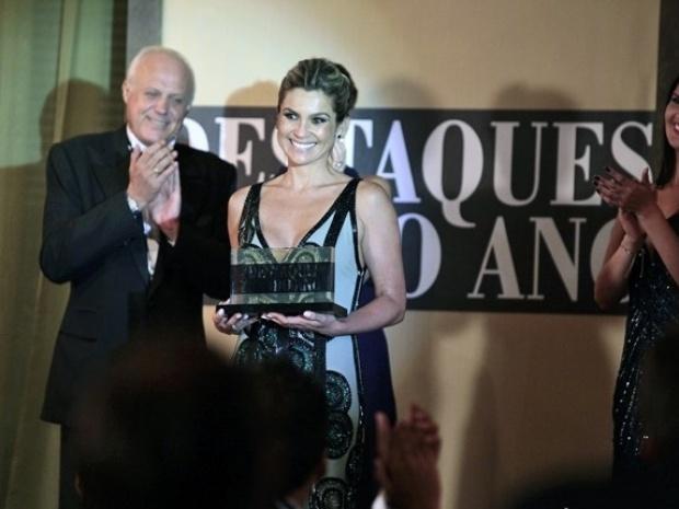 Heloísa brilha no palco e recebe o prêmio