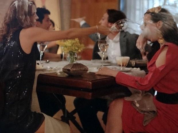 Pri e Inês fazem guerra de comida durante jantar