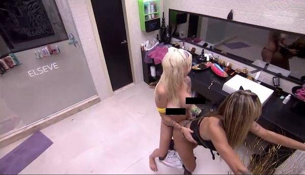 01.fev.2014 - Clara e Vanessa sensualizam no banheiro