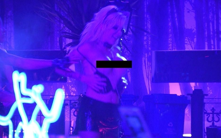 01.fev.2014 - Clara mostra os seios na festa Cats