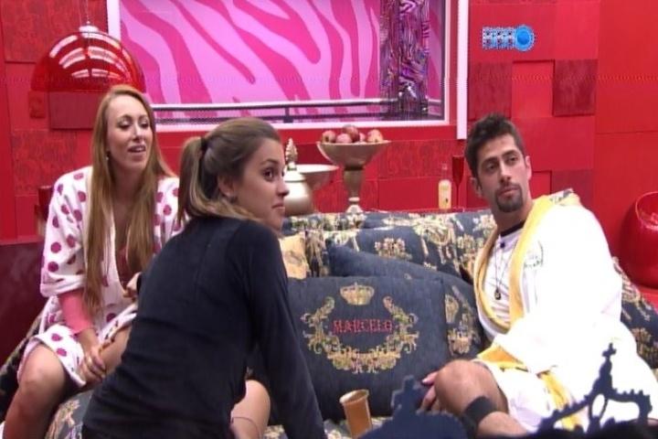 07.fev.2014 - Aline, Angela e Marcelo reclamam das fotos escolhidas pela produção para o quarto do líder
