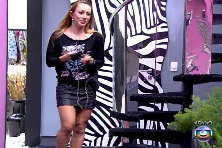 07.fev.2014 - Aline atende ao Big Fone e está automaticamente no paredão