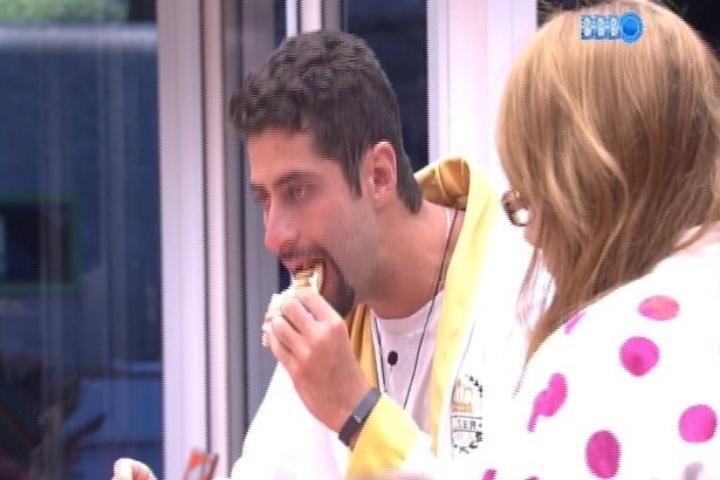 07.fev.2014 - Aline toma café da manhã com Marcelo e tenta imaginar do que se trata a prova