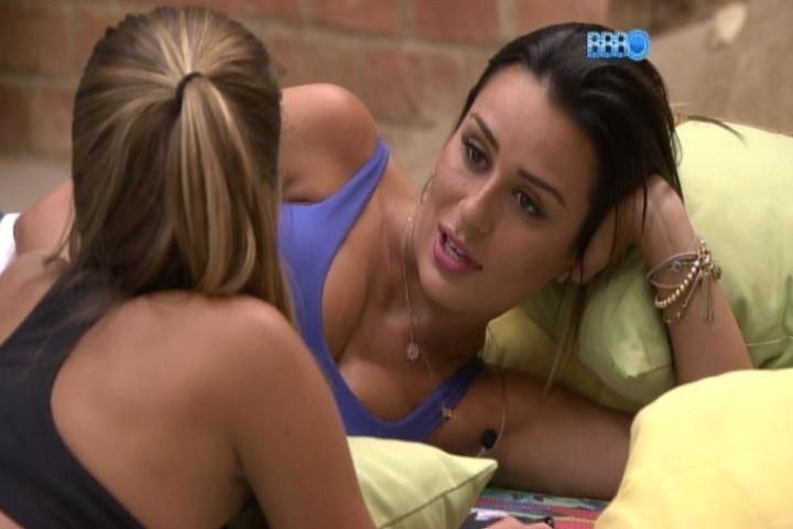 07.fev.2014 - Letícia diz para Angela que preferia uma amiga do que um romance. A mineira ficou com Junior e se afastou da advogada
