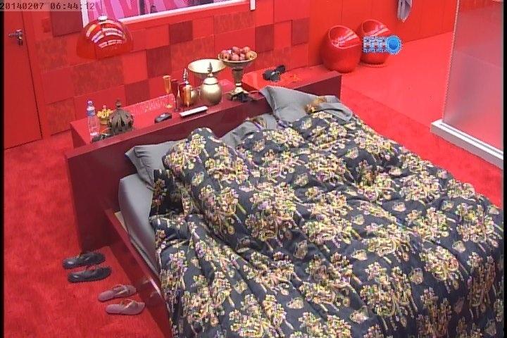 07.fev.2014 - Marcelo, Angela e Aline tentam dormir no quarto do líder após o despertador do programa tocar mais cedo