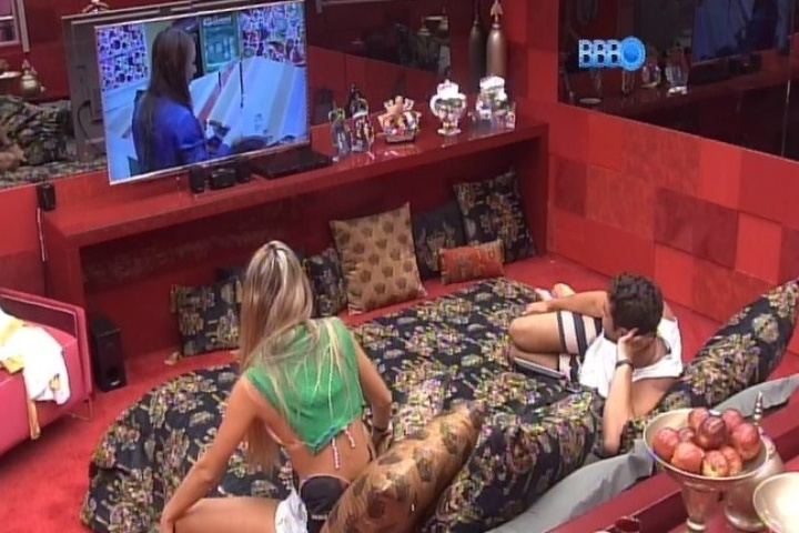 07.fev.2014 - Tatiele, Roni e Marcelo observam Aline na cozinha