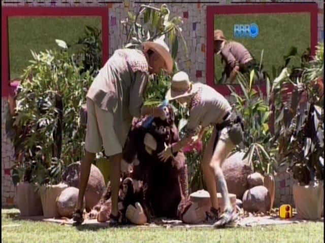7.fev.2014 - Escolhidos por Junior, Valter e Clara terão que pentear macaco
